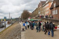 Shoppingfolk på en gatamarknad av Bremen Arkivfoton