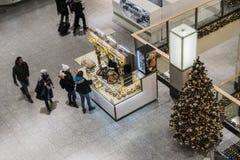 Shoppinggalleri på jultid Royaltyfria Bilder