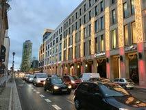 Shoppinggalleria av Berlin Exterior med julgarnering, julgran och ljus och Potsdamer Platz i bakgrund royaltyfria foton
