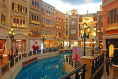 Shoppinggalleria i det Venetian Macaoet Royaltyfria Bilder