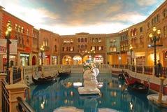 Shoppinggalleria i det Venetian Macaoet med orange färgatmosfär arkivfoto