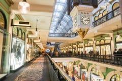 Shoppinggalleria inom drottningen Victoria Building som tas på 7 Juli Arkivfoto