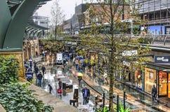 Shoppinggalleria på en regnig dag arkivfoton