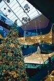 Shoppinggalleria på jul Royaltyfri Foto