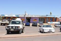 Shoppinggalleriabilar som bryter staden Coober Pedy, Australien fotografering för bildbyråer