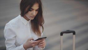 Shoppinggalleriakvinnan använder applikation stock video