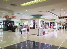 Shoppinggalleriaskönhetsmedel Counter Arkivbild
