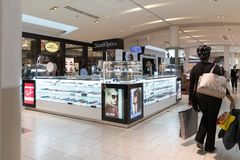 Shoppinggalleriasmycken som förläggas i det glass kabinettet Royaltyfria Foton
