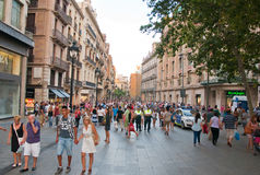 Shoppinggata i Barcelona. Arkivbild