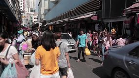Shoppinggata i i stadens centrum Bangkok lager videofilmer