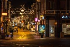 Shoppinggata i Leiden på natten Royaltyfri Fotografi