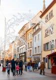 Shoppinggata i Mulhouse, Frankrike Arkivfoton