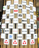 Shoppinghandbokvägg av märkeslogoen Arkivbild