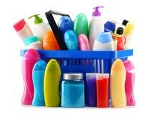 Shoppingkorg med kroppomsorg och skönhetsprodukter över vit Royaltyfri Foto