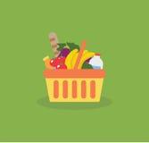 Shoppingkorg med ny mat och drinken arkivbild