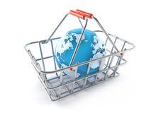 Shoppingkorg med världsjordklotet Arkivbild