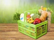 Shoppingkorg med variation av livsmedelsbutikprodukter Royaltyfri Fotografi