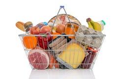 Shoppingkorg mycket av isolerat livsmedel arkivbild