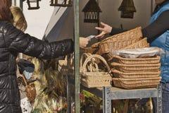 Shoppingkorgar under mässan för påsk royaltyfri fotografi