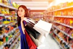 Shoppingkvinna med påsar för en shopping royaltyfri bild