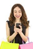 Shoppingkvinna som använder hennes mobiltelefon Royaltyfri Fotografi