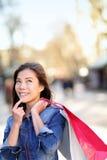 Shoppingkvinna som tänker på La Rambla, Barcelona Arkivbilder