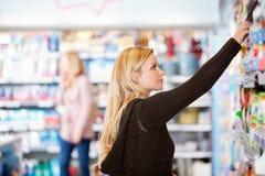 shoppingkvinnabarn Arkivfoto