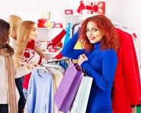Shoppingkvinnor på julförsäljningar Arkivfoto