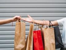 Shoppingkvinnor som beklär försäljningsbegrepp Arkivfoton