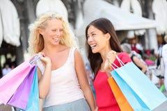 Shoppingkvinnor - två flickashoppare i Venedig Royaltyfri Bild