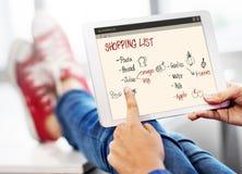 Shoppinglistan noterar livsmedel kylt begrepp royaltyfri bild
