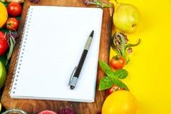 Shoppinglistan, receptbok, bantar plan Banta eller strikt vegetarianmat royaltyfri fotografi