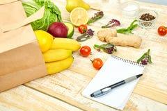 Shoppinglistan, receptbok, bantar plan Grocering begrepp royaltyfri fotografi