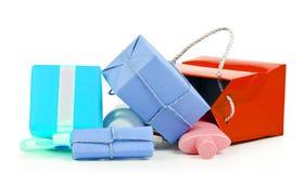Shoppingpåse med isolerade gåvor Arkivfoton