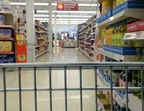 Shoppingspårvagn i supermarket Royaltyfri Foto
