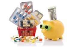 Shoppingspårvagn med preventivpillerar och medicin på vit Arkivbilder