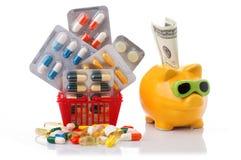 Shoppingspårvagn med preventivpillerar och medicin som isoleras på vit Royaltyfria Bilder