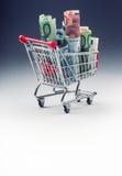 Shoppingspårvagn mycket av europengar - sedlar - valuta Det symboliska exemplet av att spendera pengar shoppar in, eller det förd Arkivfoton