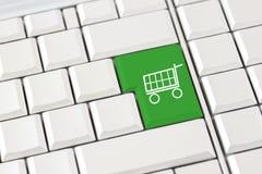 Shoppingspårvagnsymbol på ett datortangentbord Arkivbild