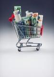 Shoppingspårvagn mycket av europengar - sedlar - valuta Det symboliska exemplet av att spendera pengar shoppar in, eller det förd Arkivfoto
