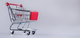 shoppingtrolley vagn frambragd shopping för bild 3d Shoppingspårvagn på muti collored bakgrund Royaltyfri Bild