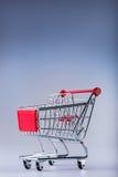 shoppingtrolley vagn frambragd shopping för bild 3d Shoppingspårvagn på muti collored bakgrund Royaltyfri Fotografi