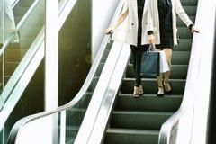 Shoppingvän, kvinnor som rymmer shoppingpåsar i shoppinggallerian arkivfoto