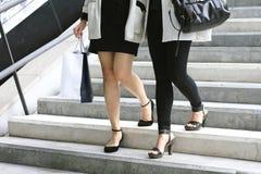 Shoppingvän, kvinnor som rymmer shoppingpåsar på gatan fotografering för bildbyråer