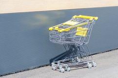Shoppingvagn bredvid supermarket Arkivbilder