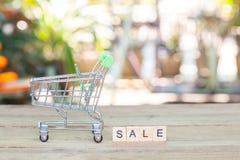 Shoppingvagn eller spårvagn med text, begreppsshopping Royaltyfri Fotografi