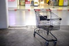 Shoppingvagn i parkeringen på supermarket royaltyfri fotografi