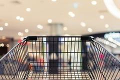 Shoppingvagn i shoppinggalleriabakground Royaltyfria Bilder