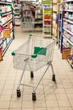 Shoppingvagn i supermarket royaltyfri bild