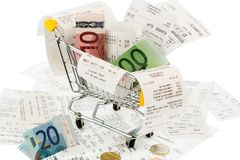 Shoppingvagn, kvitton och pengar Arkivfoton